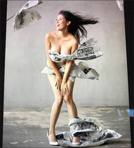 橋本マナミ、衝撃の「新聞紙ビキニ」でホームレスに!? 愛人キャラの枠を超えた活躍に大注目の画像1