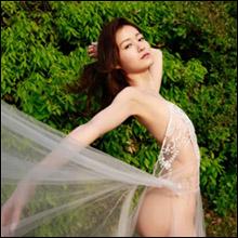 神秘的な美しさ! しほの涼、透け透けドレスショットに引退を惜しむ声