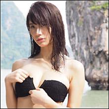 「今年最も輝いたグラビアの星」小倉優香、ビキニブラのファスナー下ろして攻撃的アプローチ!