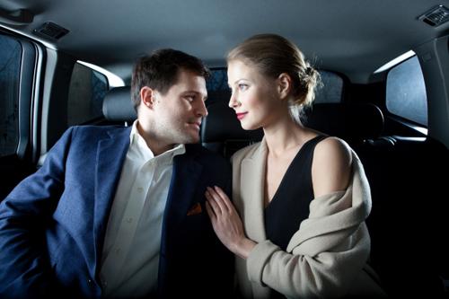 【エロ体験談】タクシー運転手は見た! スーツ美女とその上司が後部座席で〇〇プレイの画像1