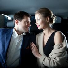 【エロ体験談】タクシー運転手は見た! スーツ美女とその上司が後部座席で〇〇プレイ