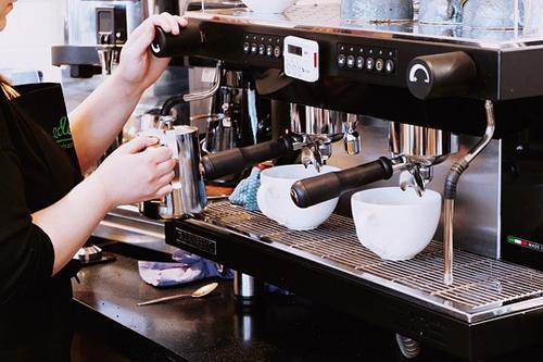 【エロ体験談】俺、バイトのコを窮地から救う! カフェのヒーローになって夢のような展開の画像1
