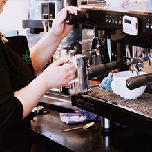 【エロ体験談】俺、バイトのコを窮地から救う! カフェのヒーローになって夢のような展開
