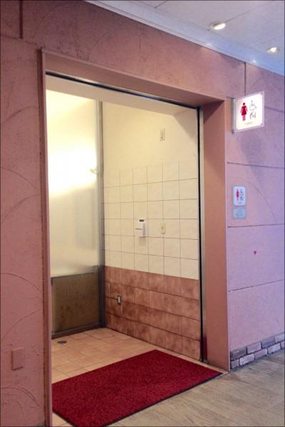【エロ体験談】初体験の彼女と息を殺してハメまくり! 思い出の女子トイレの画像1