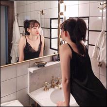 小嶋陽菜、技ありの「鏡越し」セクシーショット! 美乳チラリで男性ファンを魅了