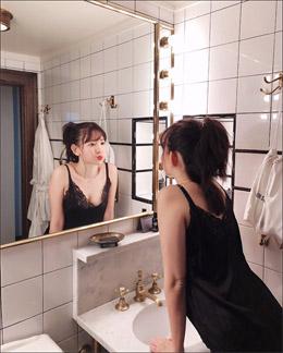 小嶋陽菜、技ありの「鏡越し」セクシーショット! 美乳チラリで男性ファンを魅了の画像1