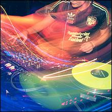 クラブで回す「DJ芸人」がモテまくるワケ