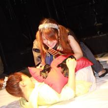 世界初!? お布団女子プロレス!! 組んずほぐれつの取っ組み合いでポロリ!?
