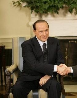Silvio_Berlusconi_shakes_hands_with_Bush.jpg