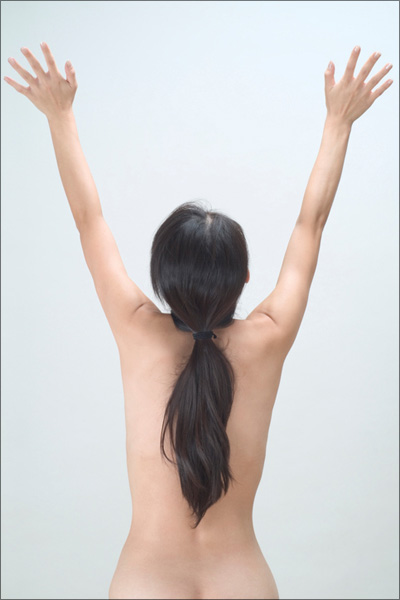 【エロ体験談】裸族の彼女がエプロンをつけたら…それすなわち男の夢の画像1