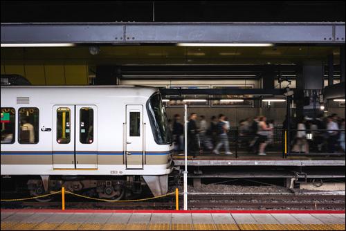 【エロ体験談】JKトリオに満員電車で弄ばれた思い出の画像1
