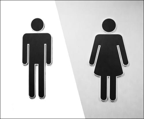【エロ体験談】いきなり女子トイレに引き込まれ…バイト仲間の超積極的アプローチの画像1