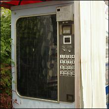 今や希少! 都内某所でアダルト系自販機を発見!!