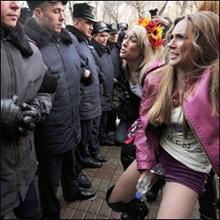 東欧美女が乳出し・放尿!? ウクライナの婦人運動がアツい!!