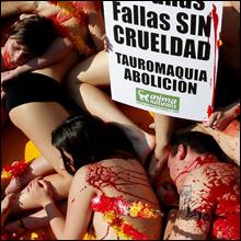 スペイン美女たちがオールヌードでSOS!! 闘牛反対の抗議活動を