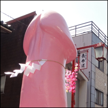 """ピンクの巨大な""""御神体""""が街を練り歩く「かなまら祭り」"""