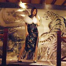 大人気AV女優・羽田あいが巨大水墨画の前でバーレスクダンスを披露した夜