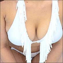 「Yシャツをガバっと脱いだり、立ちバックみたいな格好に…」セクシーグラドル・太田千晶の完熟豊満ボディ!!
