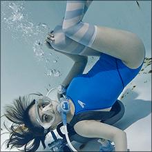 競泳用水着とオーバーニーソックス…究極のフェチアイテムが一つになった写真集『水中ニーソ』