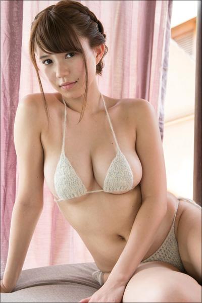 純白のドレスを1枚、また1枚と脱いでいく…アイドル・横山あみ、結婚初夜を思わせるセクシーシーン!の画像3